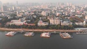 由寄生虫的旁边间距在珠江 在河停泊的小船 影视素材