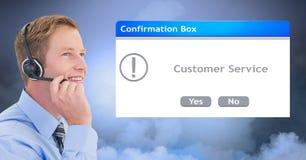 由对话框的客户服务代表佩带的耳机 免版税库存图片