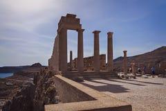 由寺庙复杂Lindos的游人 免版税库存照片