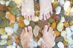 由小卵石的脚按摩 免版税库存图片