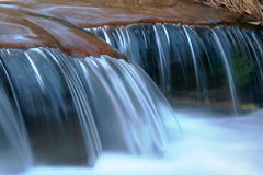 由小河的优美的岩石 免版税库存照片