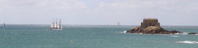 由小的白色航行飞剪机是圣的Malo法国海岛 库存照片