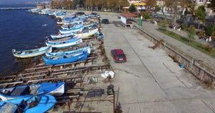 由小船停车处的鱼市在江边在波摩莱,保加利亚 免版税库存照片