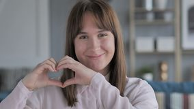 由少女的手工制造心脏姿态爱的 影视素材