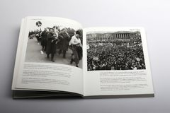 由尼克Yapp、成员和支持者所著的摄影书在特拉法加广场1959年 图库摄影