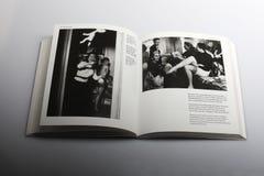 由尼克Yapp,会开蓝色钟形花的草马戏团所著的摄影书在排练以后 库存图片