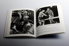由尼克Yapp,美国拳击手糖光芒鲁宾逊所著的摄影书在巴黎 库存照片