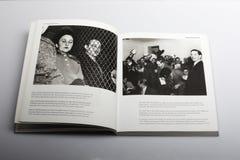 由尼克Yapp,金・费尔比,第三个人所著的摄影书在一次新闻招待会在伦敦1955年 库存照片