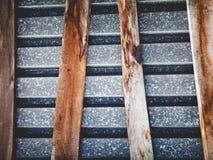 由屋顶和弯曲的委员会老金属板做的构成  免版税库存照片