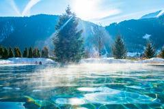 由山的美丽的室外温暖的水池在奥地利阿尔卑斯 库存照片
