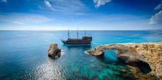 由岩石曲拱,塞浦路斯的海盗船 库存照片