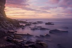 由岩石的淡色日出 免版税库存照片
