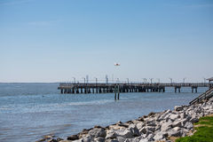 由岩石防波堤的码头 库存图片