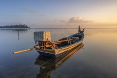 由岸的一条小船 免版税库存图片