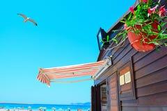 由岸的木海滩酒吧在撒丁岛 免版税库存图片
