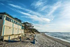 由岸的木海滩酒吧在撒丁岛 库存图片