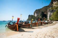 由岸的长的tailboats在洪海岛,安达曼海, Krabi 免版税库存照片