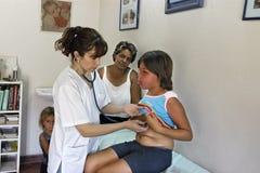 由巴拉圭医生的身体检查有女孩的 免版税库存照片