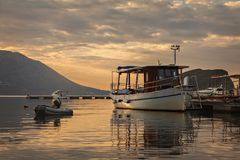 由布德瓦港口的日出 库存照片