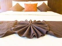 由布朗毛巾和羽绒枕头做的花 免版税库存照片