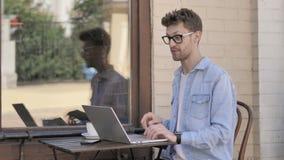 由年轻人的网上视频聊天膝上型计算机的,坐室外 股票视频