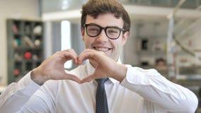 由年轻商人的手工制造心形 股票视频