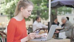 由年轻女人的成功的网络购物坐长凳 股票视频