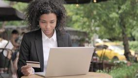 由年轻女人的成功的网络购物坐长凳 影视素材