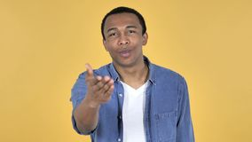由年轻非洲人,黄色背景的飞行的亲吻 股票视频
