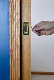 由开锁和被打开的蓝色墙壁的口袋门 库存图片
