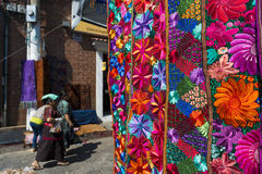 由当地人在一个街市上weared在奇奇卡斯特南戈镇一种五颜六色的织品的细节,在危地马拉 免版税图库摄影