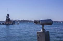由忽略博斯普鲁斯海峡和伊斯坦布尔的亚洲部分海的双筒望远镜 在左边的未婚的塔 图库摄影
