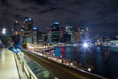 由悉尼港口的年轻人 库存照片