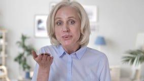 由情感资深妇女的飞行的亲吻 股票视频