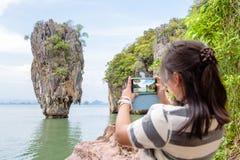 由手机的妇女旅游射击自然视图 免版税库存图片