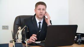 由手机的画象律师咨询的客户在工作表上在律师事务所 股票视频