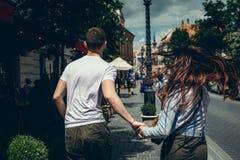 由手的连续夫妇沿街道在布达佩斯,匈牙利 回到视图 没有表面 免版税库存图片