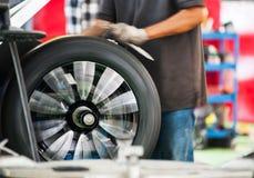 由技工的轮胎服务 免版税库存照片