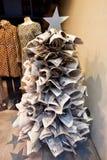 由报纸做的圣诞树 免版税库存照片