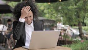 由损失的非洲妇女翻倒,坐在室外咖啡馆 影视素材