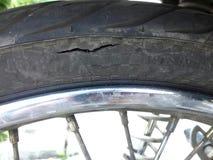 由摩托车决定被撕毁的轮胎的关闭  库存照片