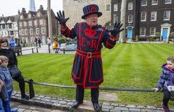 由文书上士守卫的伦敦塔游览 库存照片