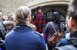 由文书上士守卫的伦敦塔游览 图库摄影