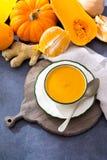 由新鲜的成熟匏南瓜做的自创奶油色汤 免版税图库摄影