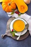 由新鲜的成熟匏南瓜做的自创奶油色汤 免版税库存照片