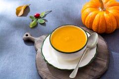 由新鲜的成熟匏南瓜做的自创奶油色汤 库存图片