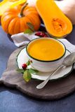 由新鲜的成熟匏南瓜做的自创奶油色汤 免版税库存图片