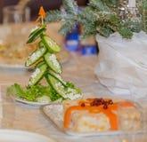 由新鲜的绿色黄瓜做的圣诞树 库存照片