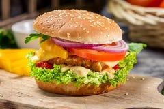 由新鲜蔬菜和鸡做的自创汉堡 免版税库存照片