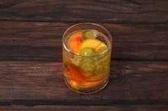 由新鲜水果做的有机汁液一glasse喝 免版税库存照片